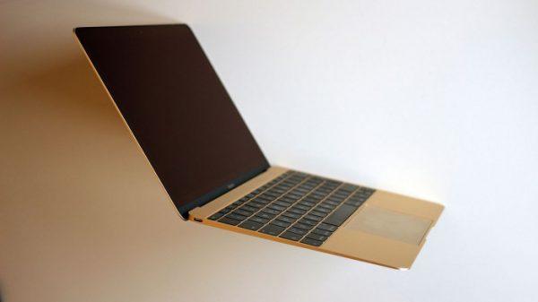 黑客在黑帽安全会议上展示直接入侵一台联网的全新 MacBook